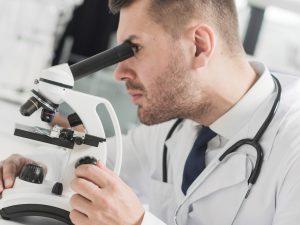 medico-usando-microscopio