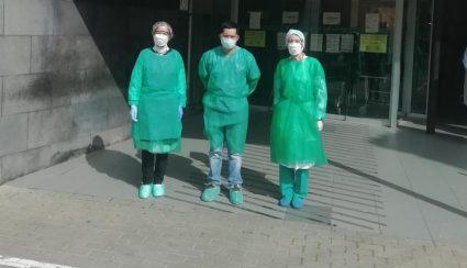Medicos con EPIS improvisados