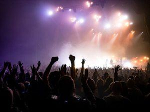 Jóvenes concierto sin medidas anti covid-19